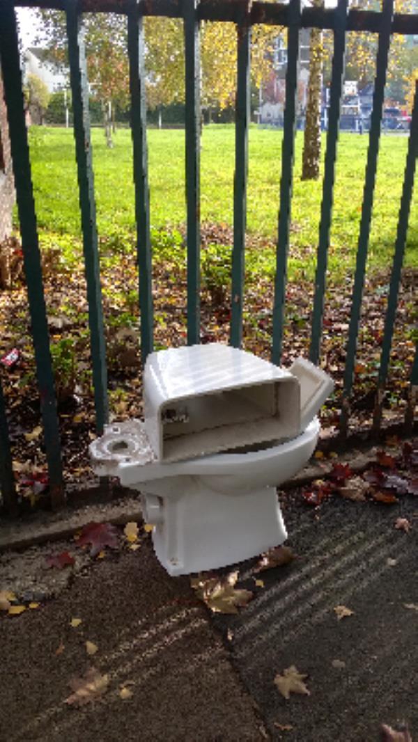 nr 31 Valetta Grove E13 : WC pan & cistern -Lettsom Walk, London, E13 0JR