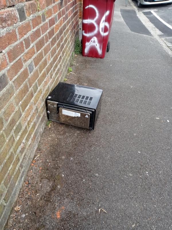 Microwave dumped-32 Baker Street, Reading, RG1 7XY