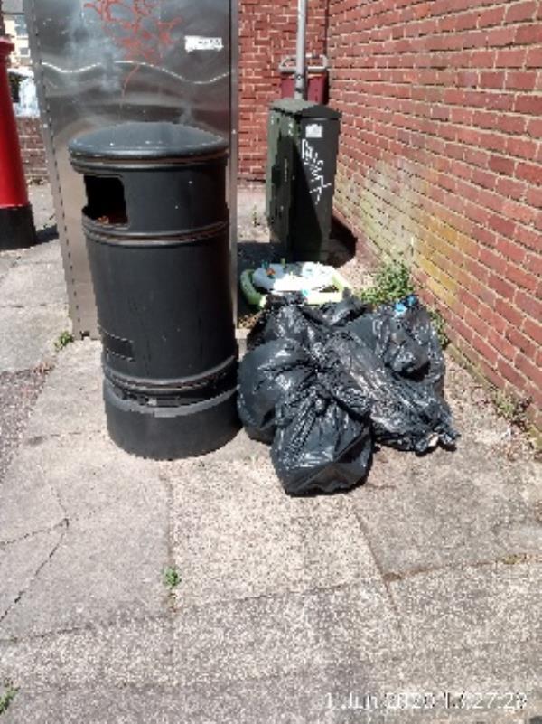Litter bin on Cumberland road-106 Cumberland Road, Reading, RG1 3JT