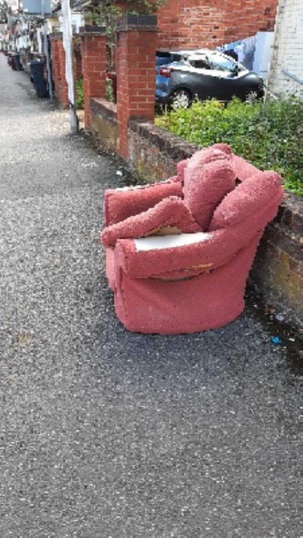 armchair on pavement -47a Curzon Street, Reading, RG30 1DB