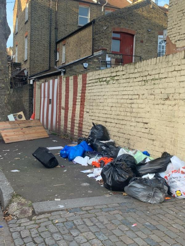 As seen in pictures -Store Rear Of 388 High Street North, Manor Park, E12 6PH