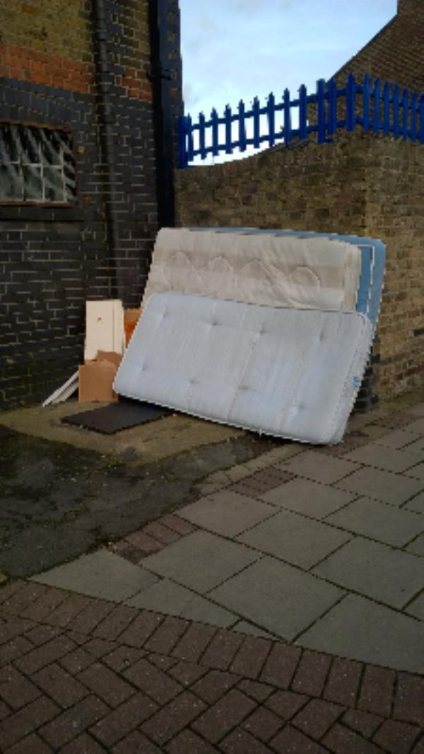 nr 29 Stock St E13 : X2 dbl mattresses, single mattress-37 Chesterton Terrace, London, E13 0BZ