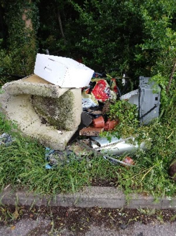 RBC Thames prom car park large heap of flytipping in parking bays and at edge of carpark-Thames Promenade RICHFIELD, Reading, RG1 8BD
