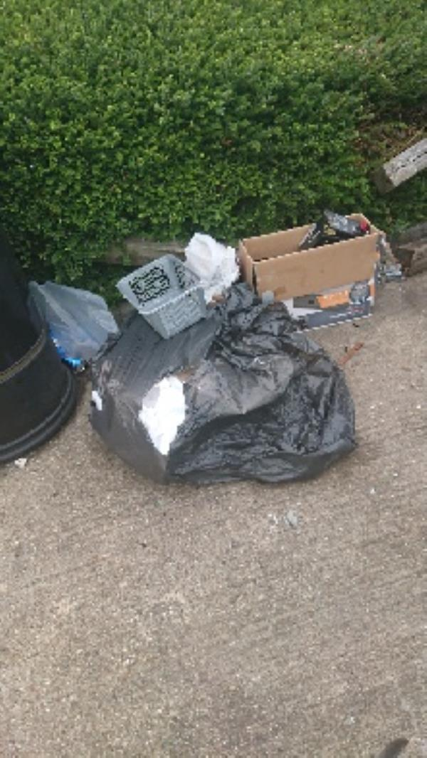 House old waste removedl fly tipping on going at this site -28 Canterbury Road, Reading, RG2 7TB
