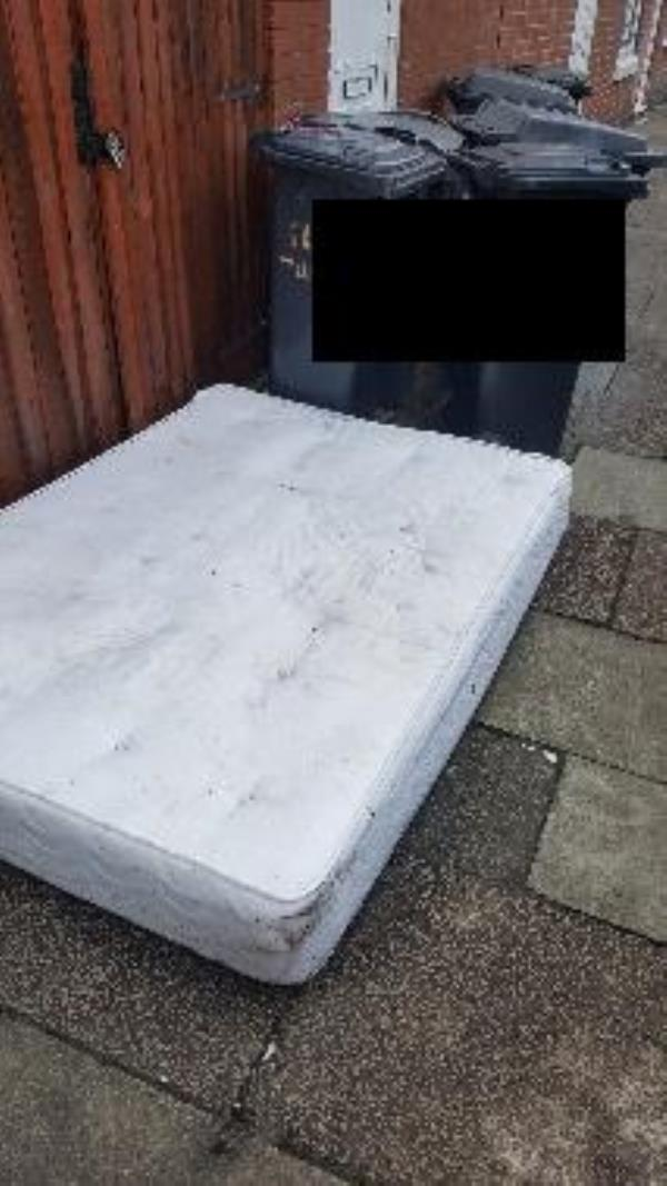 3 warren st. illegal flytip-7 Warren St, Leicester LE3 5JR, UK