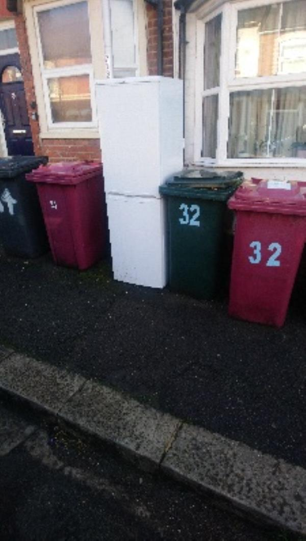 Fly tipping -39 Clarendon Road, Reading, RG6 1PB