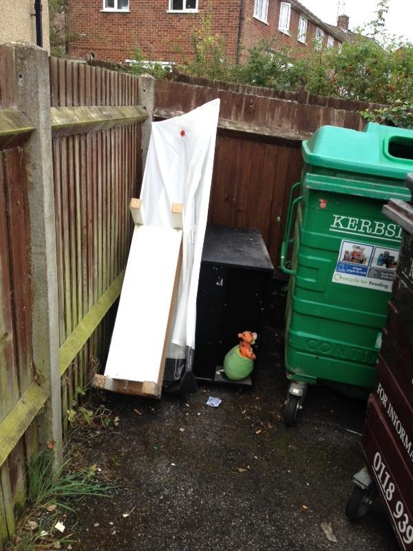 Bulky items bin stores-30 Severn Way, Reading, RG30 4HH