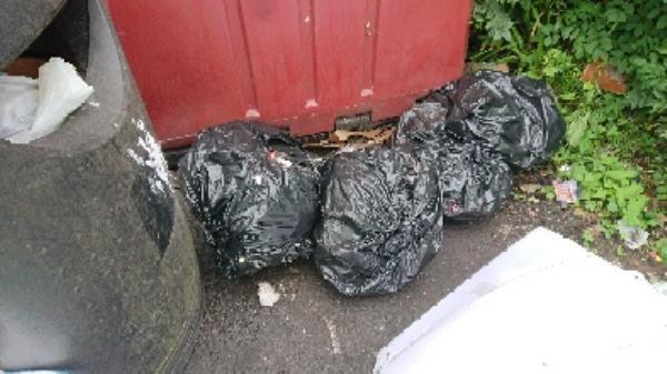 House old waste removedl fly tipping on going at this site -261 Gosbrook Road, Reading, RG4 8DX