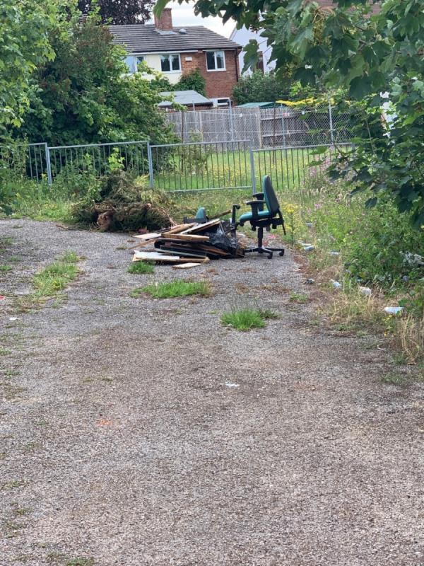 Fly tipping -Southcote News, 6 Southcote Farm Ln, Reading RG30 3DT, UK