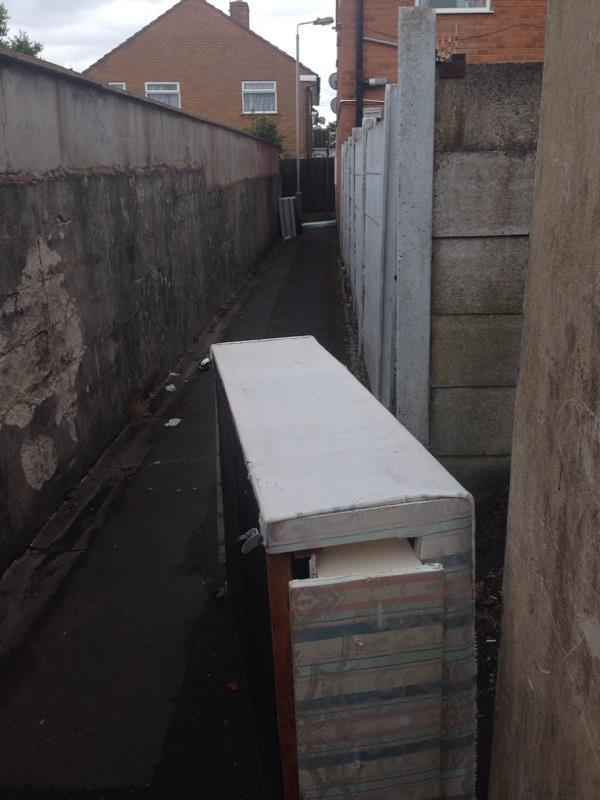 Flytipped beds in alley-59 Wanderers Ave, Wolverhampton WV2 3HL, UK