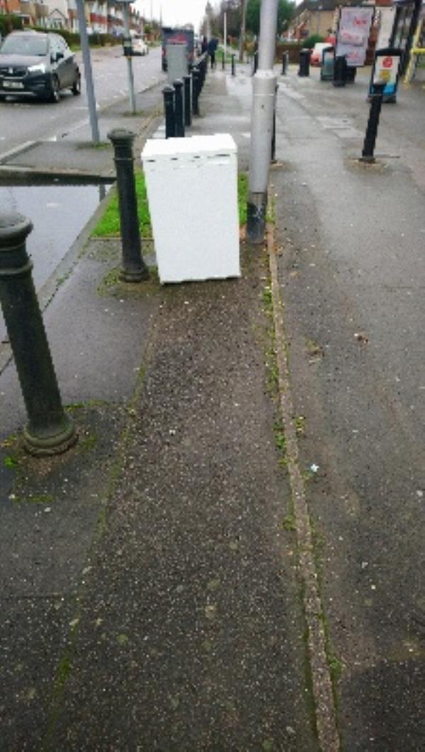 Fly tipping not cleared -559 Northumberland Avenue, Reading, RG2 8NX